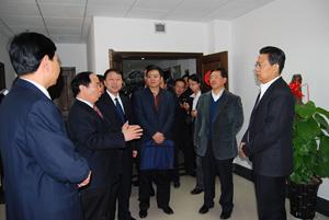 2007年11月2日,时任陕xi省省委书ji赵乐际(右一)到gong司调研