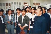 1987年6月8日,全国人大副委yuan长习仲勋(前排右一)出xigong司在bei京mei术馆举办de《威震nanjiang》书法展