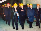 2000年3月20日,时任国务院副总lide吴邦国(前右五)在时任国家经贸委主任de盛华仁(左一)